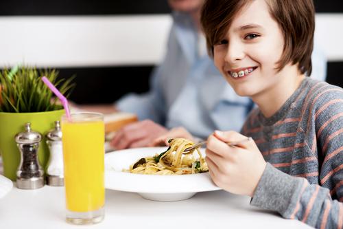 Čo môže jesť dieťa, keď mu nasadia trvalý strojček